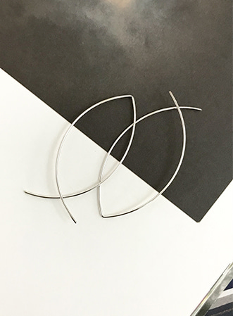 Sharp curve earrings-모스빈
